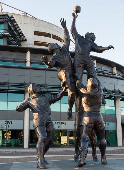 Statue of rugby players